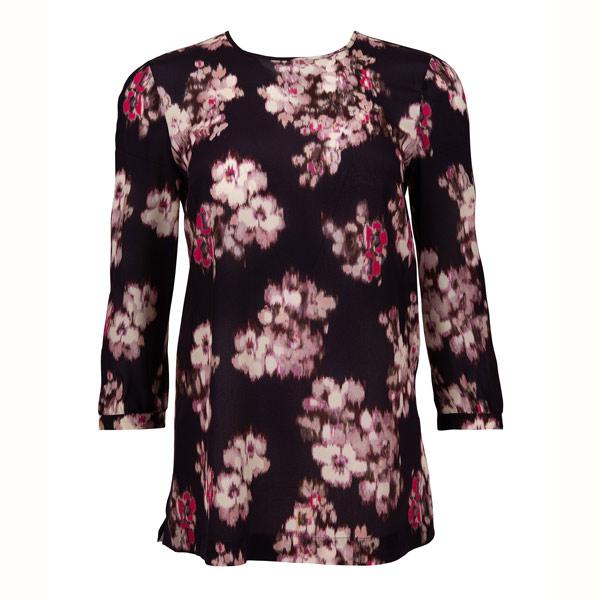 VERWISCHT: Der Blumenprint der Bluse von Max Mara Studio inspiriert zum Träumen.