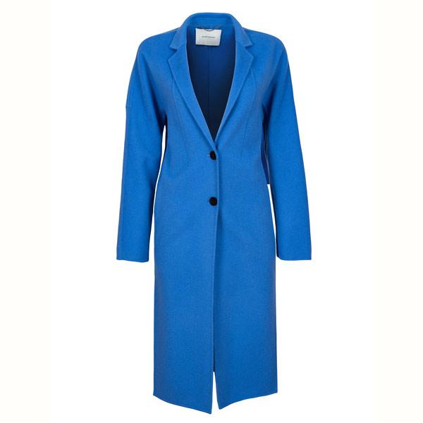 BLAU MACHEN: Der blaue Wollmantel von René Lezard zaubert im Winter ein Lächeln auf die Lippen.