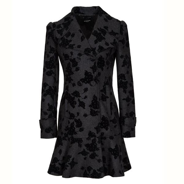 BLACK VELVET Mit schwarzen Samtblumen schmückt sich der Mantel von Marciano.